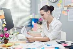 finansiell nyheternaavläsning för affärskvinna Arkivbild