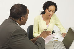 Finansiell rådgivare i diskussion med kvinnan Royaltyfri Fotografi