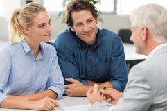 Finansiell rådgivare med kunden arkivfoton