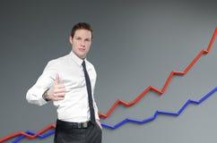 Finansiell rapport & statistik. Affärsmannen visar upp tumen. Arkivfoto