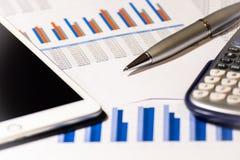 finansiell rapport för affär Räknemaskin, penna och minnestavla arkivbild