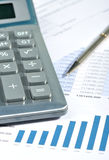 finansiell rapport för räknemaskin royaltyfri bild