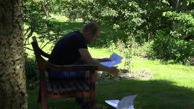 Finansiell rapport för stressad studie för affärsman på sommarferie 4K lager videofilmer