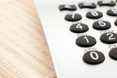 finansiell tidning för räknemaskin Arkivfoto