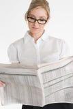 finansiell tidningsavläsning för affärskvinna Royaltyfri Bild