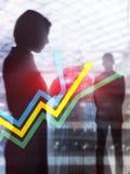 Finansiell tillväxtpilgraf Investering- och handelbegrepp Vertikalt format för abstrakt räkningsdesign arkivbild