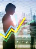 Finansiell tillväxtpilgraf Investering- och handelbegrepp Vertikalt format för abstrakt räkningsdesign royaltyfria bilder