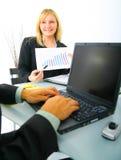 finansiell uppvisning för affärskvinnadiagram arkivfoto