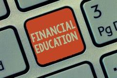 Finansiell utbildning för ordhandstiltext Affärsidé för att förstå monetära områden som finans och att investera royaltyfri bild