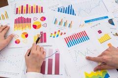 Finansiella analytiker som arbetar med affärsgrafer arkivbilder