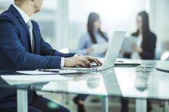 Finansiella chefer som arbetar på bärbara datorn med finansiella data på arbetsplatsen i ett modernt kontor Arkivfoton