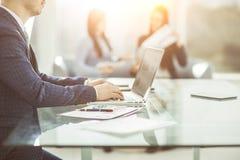 Finansiella chefer som arbetar på bärbara datorn med finansiella data på arbetsplatsen i ett modernt kontor Royaltyfri Bild