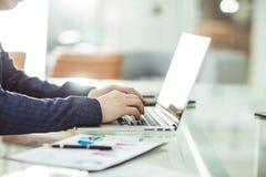Finansiella chefer som arbetar på bärbara datorn med finansiella data på arbetsplatsen i ett modernt kontor Royaltyfri Fotografi