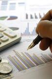 Finansiella data som analyserar - materielbild Arkivbilder