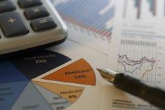 Finansiella data som analyserar - materielbild Arkivbild