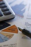 Finansiella data som analyserar - materielbild Arkivfoto