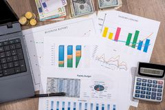 Finansiella diagram, grafer, diagram, finansiell rapport, dator och penna Arkivfoto