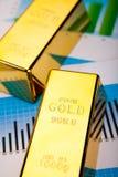 Finansiella indikatorer, diagram, guld- stång Arkivbilder