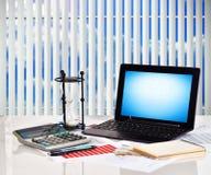 Finansiella och affärsdiagram för anteckningsbok, Royaltyfri Fotografi