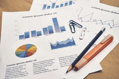 Finansiella statistikattrappdokument med grafen och diagrammet med t royaltyfri foto