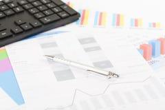 Finansiella utskrivavna pappers- diagram, grafer på skrivbordet Arkivfoto