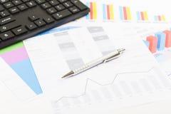 Finansiella utskrivavna pappers- diagram, grafer på skrivbordet Royaltyfri Bild