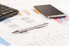 Finansiella utskrivavna pappers- diagram, grafer på skrivbordet Arkivbilder