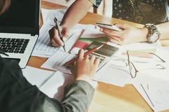 Finansiellt begrepp för redovisning för teamworkaffärskvinna arkivfoto