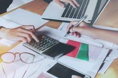 Finansiellt begrepp för redovisning för teamworkaffärskvinna arkivbilder
