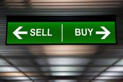 finansiellt begrepp Sälj och köp piltecknet, indikerad aktiemarknad Arkivbild