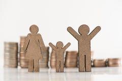 finansiellt besparingbegrepp frigörare för hand för man` s myntet in i jet Royaltyfria Foton