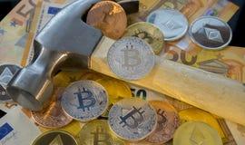 Finansiellt Bitcoin bryta eller min för bitcoin som jämförs till tren Arkivfoton