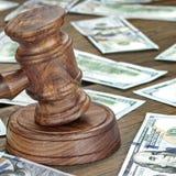 Finansiellt brott- eller auktionbegrepp med auktionsklubban och pengar Backgrou Royaltyfria Bilder