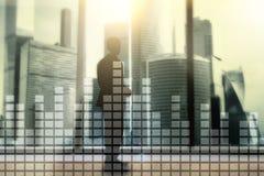 Finansiellt diagram på suddig skyskrapakontorsbakgrund Royaltyfria Bilder