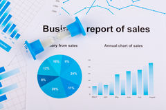 Finansiellt kartlägger och grafer Försäljningsrapport på papper Fotografering för Bildbyråer