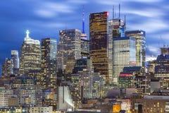 Finansiellt område av i stadens centrum Toronto på natten Arkivbild
