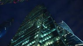 Finansiellt omr?de av staden skyskrapor Nedersta sikt med rotation afton stock video