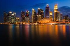 Finansiellt område på Marina Bay, Singapore, skymning Arkivfoton