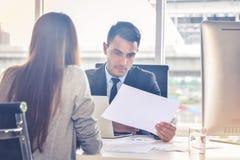 Finansiellt rapportanalys och granskabegrepp: CFO eller chefsekonomen ser finansiella summariska rapporter med hans royaltyfri foto
