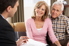finansiellt samtal för rådgivarepar arkivbild