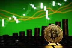Finansiellt tillväxtbegrepp med den guld- Bitcoins stegen på forexdiagrambakgrund faktiska pengar royaltyfria bilder
