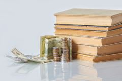 Finansiellt utbildningsbegrepp - pengar: räkningar mynt, arkivfoto