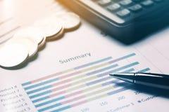 Finansiera besparingbegreppet, affärsutrustning på skrivbordsarbete Arkivbild