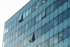 Finansiera byggnad med glass fönster, perspektiv av en byggande w fotografering för bildbyråer