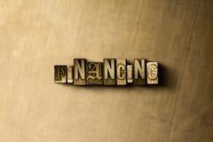 FINANSIERA - närbild av det typsatta ordet för grungy tappning på metallbakgrunden Fotografering för Bildbyråer
