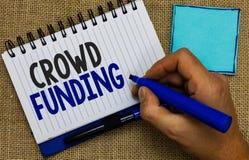 Finansiering för folkmassa för ordhandstiltext Affärsidé för Fundraising man för donationer för plattform för Kickstarter startlö arkivfoton
