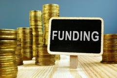 Finansieringbegrepp Mynt staplar på träyttersida arkivbilder
