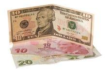 Finanskris: nya tio dollar över trettio skrynklade turkiska liras Royaltyfri Foto
