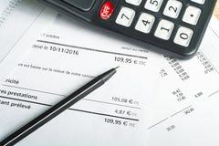 Finansowy i budżet pojęcie Kalkulator, pióro i księgowość dokument na biuro stole, Zdjęcia Stock