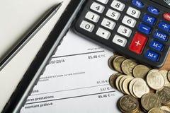 Finansowy i budżet pojęcie Kalkulator, pióro i monety na biuro stole, Zdjęcia Royalty Free